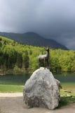 La statua della gazzella nel lago Bohinj Immagine Stock