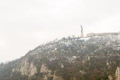 La statua della libertà è montagna innevata alto-montata Gellerta fotografie stock libere da diritti