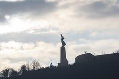 La statua della libertà al crepuscolo a Budapest immagine stock libera da diritti