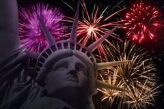 La statua della libertà con i fuochi d'artificio variopinti Fotografia Stock
