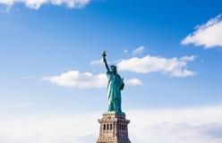 La statua della libertà con il bello cielo nuvoloso fotografia stock