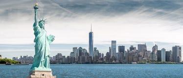 La statua della libertà con un fondo del World Trade Center, punti di riferimento di New York immagine stock libera da diritti
