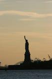 La statua della libertà dentro arrossisce cielo di colore Immagini Stock