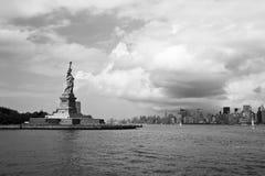 La statua della libertà e Lower Manhattan Immagini Stock