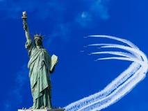 La statua della libertà nel fondo del cielo blu immagine stock