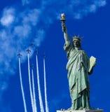 La statua della libertà nel fondo del cielo blu immagini stock