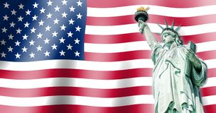 La statua della libertà, punti di riferimento di New York con la bandiera dei precedenti degli Stati Uniti Fotografie Stock