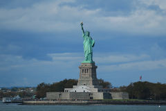 La statua della libertà nel porto di New York Immagini Stock