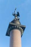 La statua di angelo sulla cima della colonna di Alexander sul quadrato del palazzo Fotografia Stock