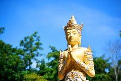 La statua di angolo in tempio buddista pubblico sta mostrando il rispetto fotografie stock
