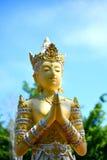 La statua di angolo in tempio buddista pubblico sta mostrando il rispetto immagini stock libere da diritti