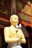 La statua di angolo in tempio buddista pubblico sta mostrando il rispetto fotografia stock