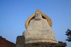 La statua di Bodhidharma su una cima della montagna Immagini Stock