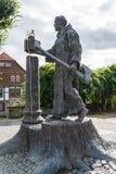 La statua di Boniface vicino alla cattedrale di piccolo tedesco a immagini stock libere da diritti