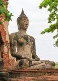 La statua di Buddha dentro medita la posizione di mudra di bhumisparsha Immagine Stock