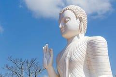 La statua di Buddha nella posa della mano di Abhaya Mudra, simbolizzante sicurezza Immagini Stock Libere da Diritti