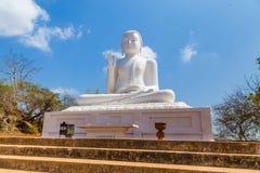 La statua di Buddha nella posa della mano di Abhaya Mudra, simbolizzante sicurezza Immagini Stock