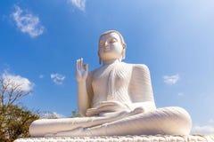 La statua di Buddha nella posa della mano di Abhaya Mudra, simbolizzante sicurezza Fotografia Stock Libera da Diritti