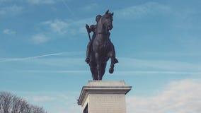 La statua di Enrico IV sul Pont Neuf stock footage