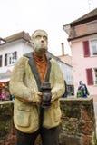 La statua di legno nel Natale commercializza la rappresentazione del fotografo con Fotografia Stock Libera da Diritti