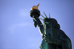 La statua di libertà con il giorno pieno di sole del cielo blu libero Immagini Stock Libere da Diritti