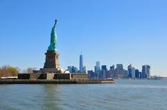 La statua di libertà e di Manhattan Fotografia Stock