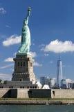 La statua di libertà e di Manhattan Fotografie Stock Libere da Diritti