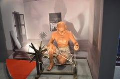 La statua di Mahatma Gandhi con il charkha Immagine Stock Libera da Diritti