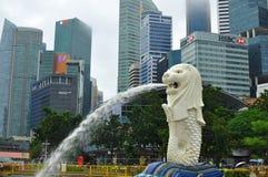 La statua di Merlion davanti a finanziario e distretto aziendale di Singapore Immagine Stock