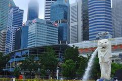 La statua di Merlion davanti a finanziario e distretto aziendale di Singapore Immagini Stock