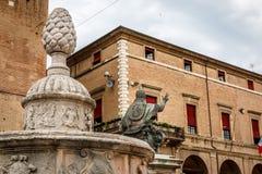 La statua di Papa Paolo V e il della Pigna di Fontana della fontana sul quadrato di Cavour della piazza a Rimini, Italia fotografie stock
