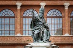 La statua di Papa Paolo V sul quadrato di Cavour della piazza a Rimini, Italia immagini stock