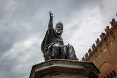 La statua di Papa Paolo V sul quadrato di Cavour della piazza a Rimini, Italia fotografie stock