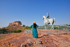 La statua di Rao Jodha e della fortificazione maestosa di Mehrangarh situati a Jodhpur, Ragiastan, è una di più grandi fortificaz fotografie stock libere da diritti