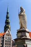 La statua di Roland e la chiesa di St Peter, Riga, Lettonia Immagine Stock Libera da Diritti