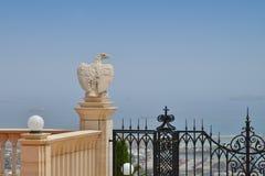 La statua di un'aquila nel Bahai fa il giardinaggio a Haifa Fotografie Stock