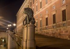 La statua di un leone vicino al palazzo reale a Stoccolma sweden 05 11 2015 Fotografia Stock Libera da Diritti
