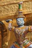 La statua di una divinità è stata disposta nel cortile di Wat Phra Kaeo a Bangkok (Tailandia) Fotografia Stock Libera da Diritti