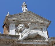 La statua di Venezia Italia del leone Winged vicino alla costruzione ha chiamato Arse fotografia stock libera da diritti