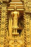 La statua diritta dorata di Budda Fotografia Stock Libera da Diritti