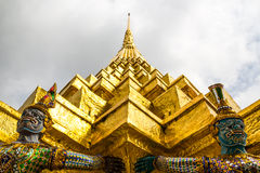 La statua dorata dei yak e del Pagoda Fotografie Stock Libere da Diritti