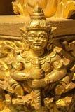 La statua dorata del gigante di seduta immagini stock