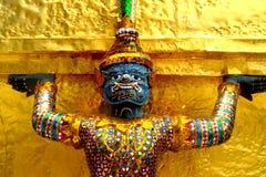 La statua dorata del guardiano ha disposto davanti ad un ot della costruzione il grande palazzo imperiale a Bangkok, Tailandia Fotografia Stock Libera da Diritti