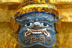 La statua dorata del guardiano ha disposto davanti ad un ot della costruzione il grande palazzo imperiale a Bangkok, Tailandia Fotografia Stock