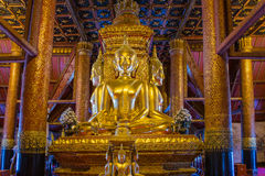 La statua dorata di Buddha in chiesa di Wat Phumin fotografia stock
