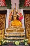 La statua dorata di Buddha ha coperto una statua di 7 Naga Fotografie Stock Libere da Diritti