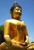 La statua dorata di Buddha su all'aperto Fotografie Stock Libere da Diritti