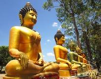 La statua dorata di Buddha su all'aperto Fotografia Stock