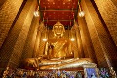 La statua dorata di Buddha in tempio buddista tailandese localmente sa come Wat Kalayanamitr Varamahavihara Fotografia Stock