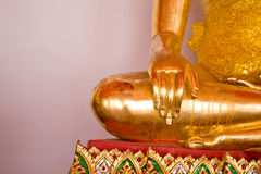 La statua dorata di Buddha in tempio della Tailandia Fotografia Stock